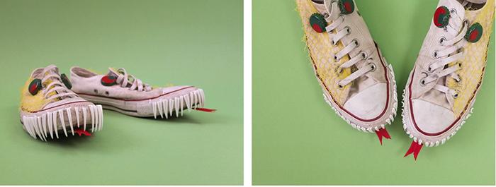 Weiße Sneakers, die mit Recyclingmaterialien zu Drachenköpfen umgestaltet wurden