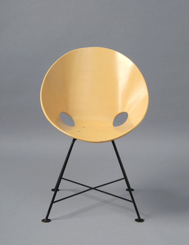 Gelber Schalenstuhl mit schlichtem schwarzem Beingestell