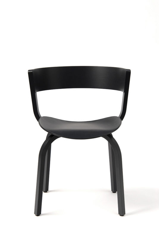 Schwarzer, schlichter Stuhl mit ergonomisch geformter Sitzfläche und einem breiten, zu einem Halbkreis geformten Band als Lehne