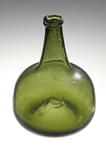 historische, bauchige, grüne Glasflasche mit schmalem Ausguss