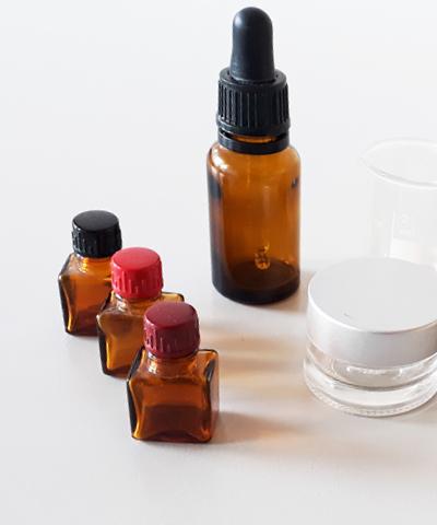 kleine braune Kosmetik- und Medizinfläschchen
