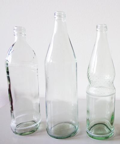 drei leere Wasserflaschen verschiedener Formen