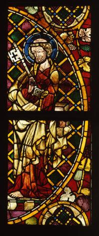 Ein Glasgemälde vom heiligen Petrus mit vielen farbigen Scheiben aus einem Kloster in der Schweiz