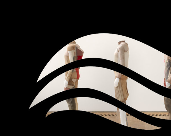 Hinter eine schwarzen Schabone in Form einer stilisierten Welle: Eine Gruppe von vier kopflosen Schaufensterpuppen mit Kleidung aus diversen Materialien in Hautfarbe und Rot