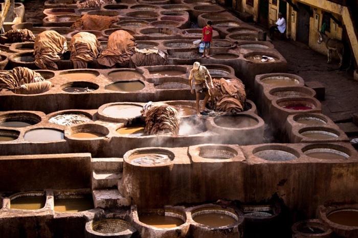 Arbeiter beim Ledergerben