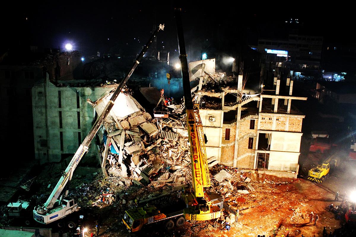 nächtliche Rettungsaktion in einer eingestürzten Fabrik