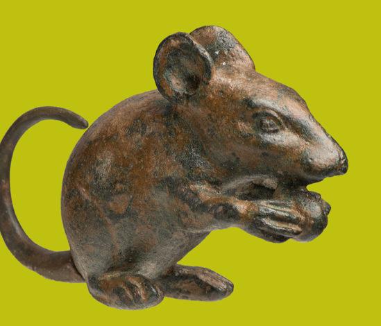 antike, kupferfarbene Mäusefigur