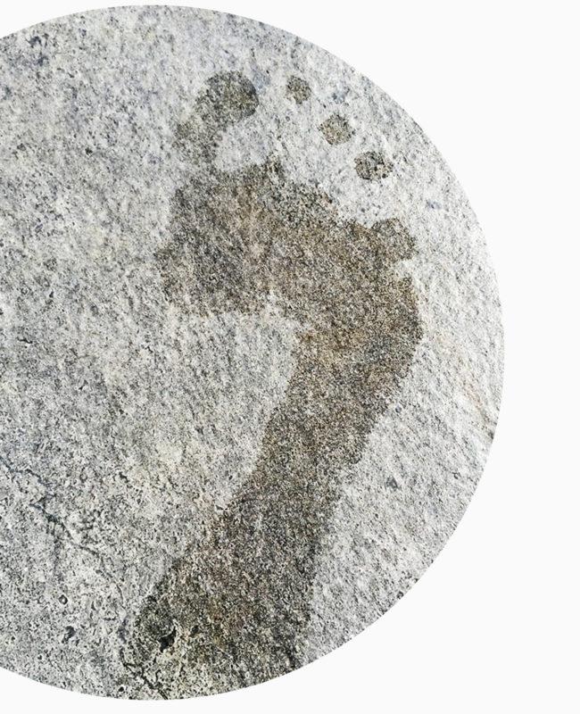Abdruck von nassem Fuß auf Stein