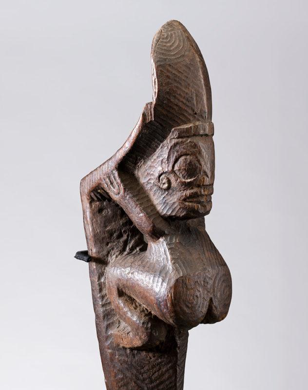 Aus Holz geschnitzte, nackte Figur