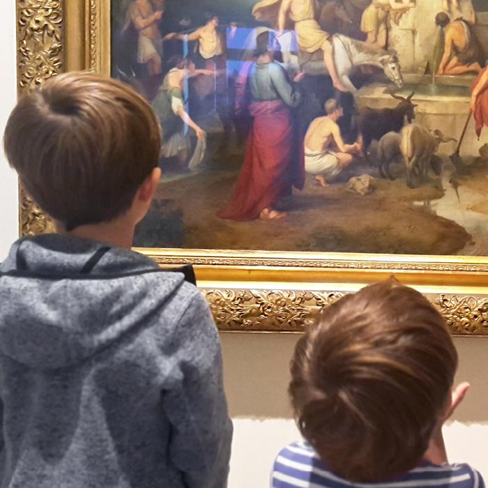 Zwei kleine Jungen schauen auf das Bild